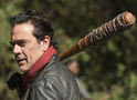 Walking Dead: Negan e zumbi empalado nas fotos do último episódio da 7ª temporada