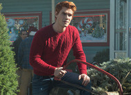 Riverdale: Papai Noel e Capuz Preto no trailer e fotos do episódio 2x09, o último do ano