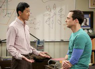 Big Bang Theory: Sheldon reencontra seu amigo Tam no trailer do episódio 12x04