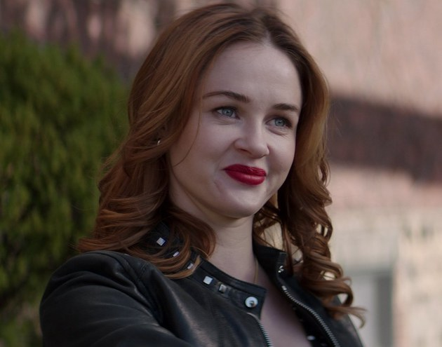 YOU: Ambyr Childers confirmada e mais novidades no elenco da 2ª temporada